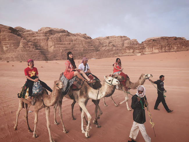 Mẹ 1 con xinh đẹp chi hàng trăm triệu đến Jordan đọc sách giữa Biển Chết, cưỡi lạc đà sa mạc - Ảnh 22.