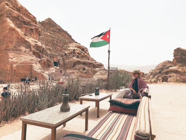 Mẹ 1 con xinh đẹp chi hàng trăm triệu đến Jordan đọc sách giữa Biển Chết, cưỡi lạc đà sa mạc - Ảnh 6.