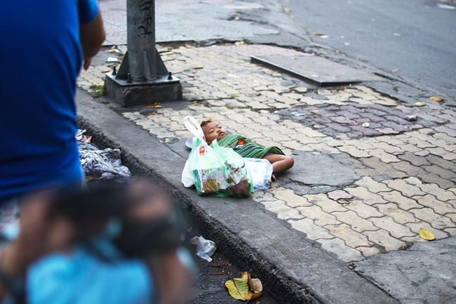 Bức ảnh giấc ngủ của em bé dưới chân thành phố khiến ta nhói tim, nhưng cũng mở ra một bài học lớn - Ảnh 1.