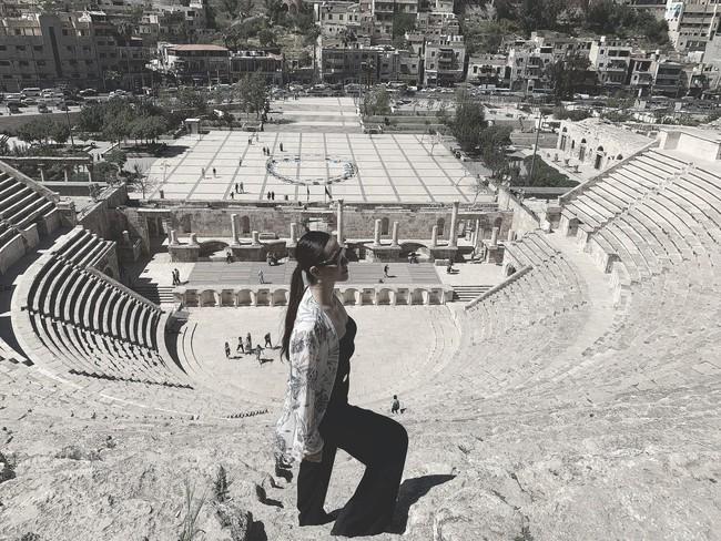 Mẹ 1 con xinh đẹp chi hàng trăm triệu đến Jordan đọc sách giữa Biển Chết, cưỡi lạc đà sa mạc - Ảnh 9.