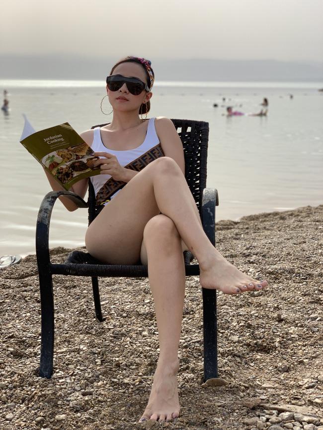 Mẹ 1 con xinh đẹp chi hàng trăm triệu đến Jordan đọc sách giữa Biển Chết, cưỡi lạc đà sa mạc - Ảnh 15.