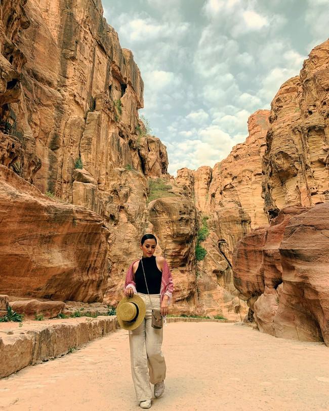 Mẹ 1 con xinh đẹp chi hàng trăm triệu đến Jordan đọc sách giữa Biển Chết, cưỡi lạc đà sa mạc - Ảnh 7.