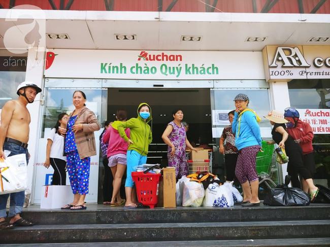 Chùm ảnh: Siêu thị Auchan vỡ trận, các gia đình đội nắng chưa kịp mua hàng đã bị mời ra ngoài - Ảnh 9.