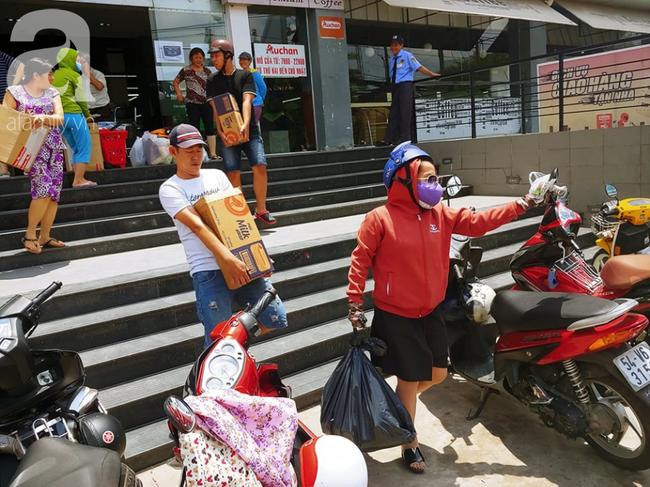 Chùm ảnh: Siêu thị Auchan vỡ trận, các gia đình đội nắng chưa kịp mua hàng đã bị mời ra ngoài - Ảnh 10.