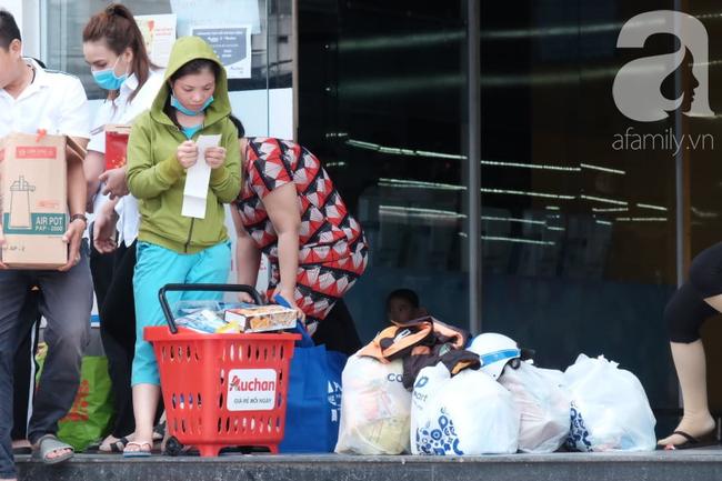 Chùm ảnh: Siêu thị Auchan vỡ trận, các gia đình đội nắng chưa kịp mua hàng đã bị mời ra ngoài - Ảnh 13.