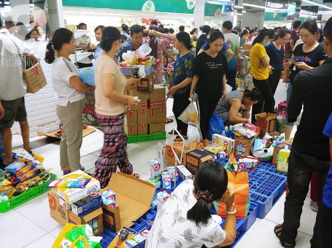 Chùm ảnh: Siêu thị Auchan vỡ trận, các gia đình đội nắng chưa kịp mua hàng đã bị mời ra ngoài - Ảnh 6.