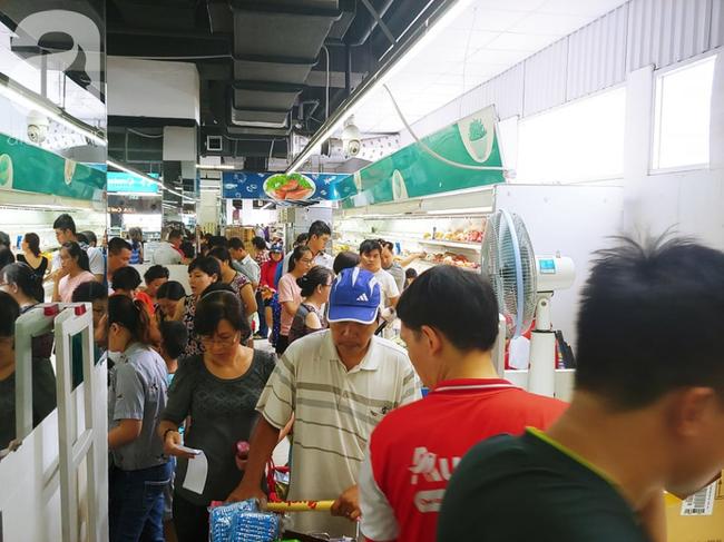 Chùm ảnh: Siêu thị Auchan vỡ trận, các gia đình đội nắng chưa kịp mua hàng đã bị mời ra ngoài - Ảnh 14.