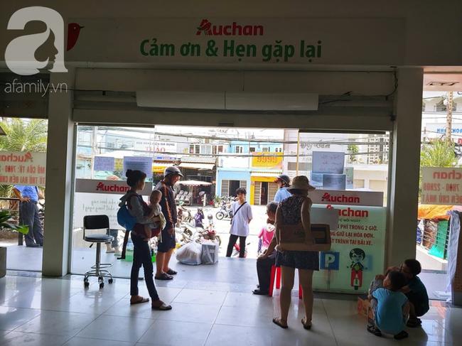 Chùm ảnh: Siêu thị Auchan vỡ trận, các gia đình đội nắng chưa kịp mua hàng đã bị mời ra ngoài - Ảnh 15.