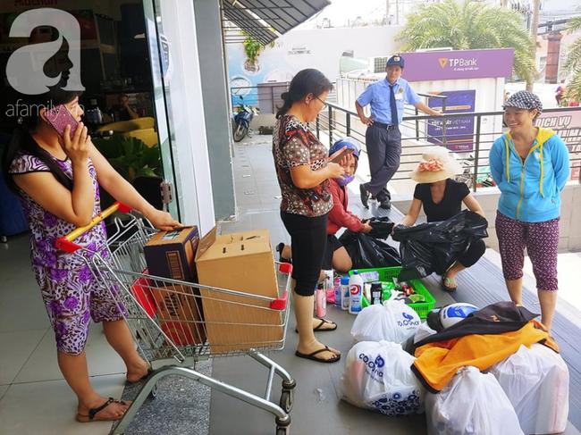 Chùm ảnh: Siêu thị Auchan vỡ trận, các gia đình đội nắng chưa kịp mua hàng đã bị mời ra ngoài - Ảnh 17.