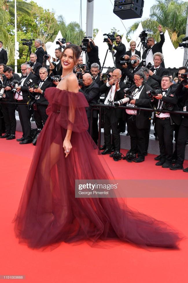 """Thảm đỏ Cannes ngày 9: Bất ngờ với gương mặt cứng đơ như tượng sáp và """"ca"""" khoe ngực hớ hênh - Ảnh 16."""