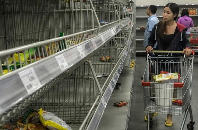 Nhân viên Auchan muốn khóc nhìn khách vừa mua, vừa ăn, vừa phá hàng hóa trong siêu thị - Ảnh 12.