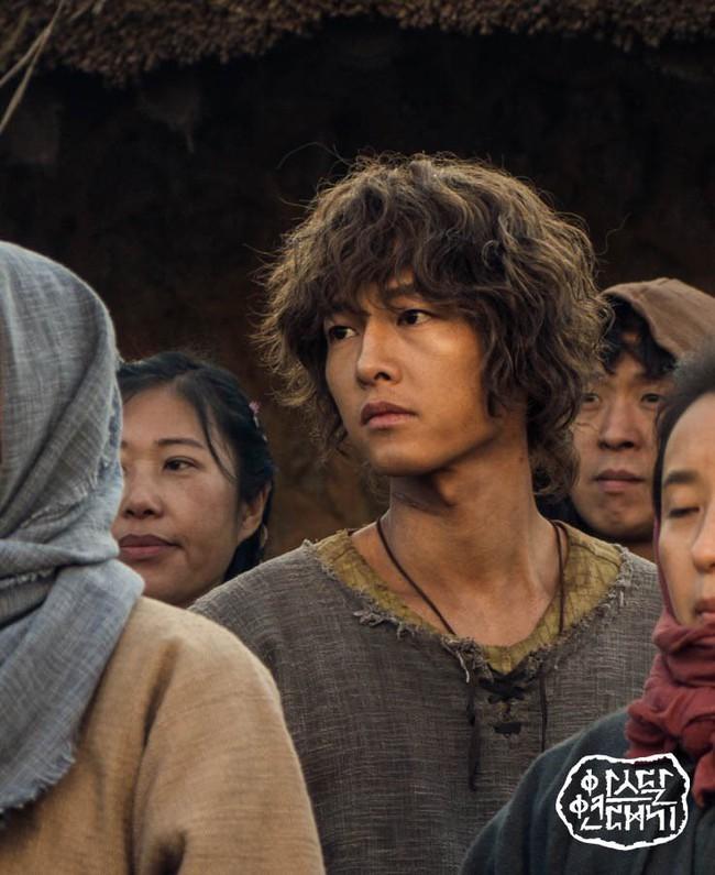 Song Joong Ki lần đầu đụng độ Jang Dong Gun: Sự bình yên trước cơn bão lớn - Ảnh 2.