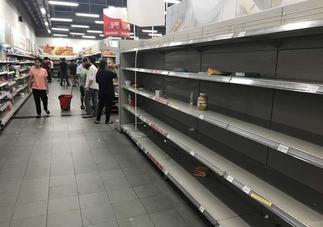 Nhân viên Auchan muốn khóc nhìn khách vừa mua, vừa ăn, vừa phá hàng hóa trong siêu thị - Ảnh 4.