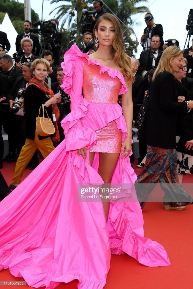 """Thảm đỏ Cannes ngày 9: Bất ngờ với gương mặt cứng đơ như tượng sáp và """"ca"""" khoe ngực hớ hênh - Ảnh 13."""