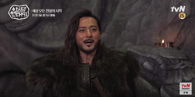 Lộ hậu trường bom tấn mới: Jang Dong Gun phong độ bao nhiêu, Song Joong Ki ngơ ngác bấy nhiêu - Ảnh 2.