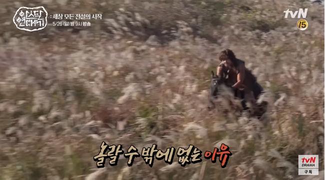 Lộ hậu trường bom tấn mới: Jang Dong Gun phong độ bao nhiêu, Song Joong Ki ngơ ngác bấy nhiêu - Ảnh 9.