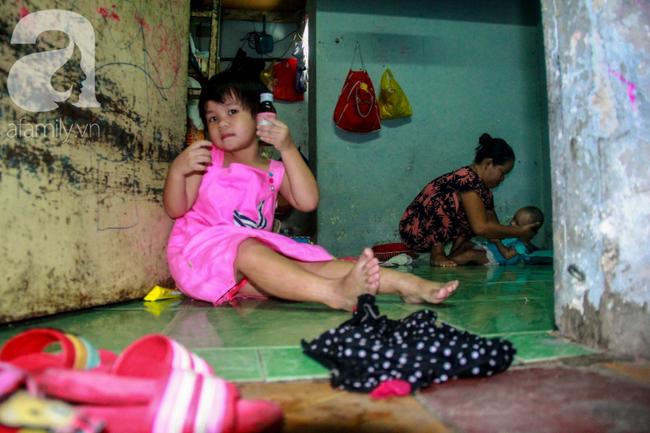 Bất chấp nguy hiểm, mới mổ sinh được 10 ngày, người mẹ đã đi làm thuê để nuôi 5 người con, cháu cùng chồng bệnh tật - Ảnh 7.