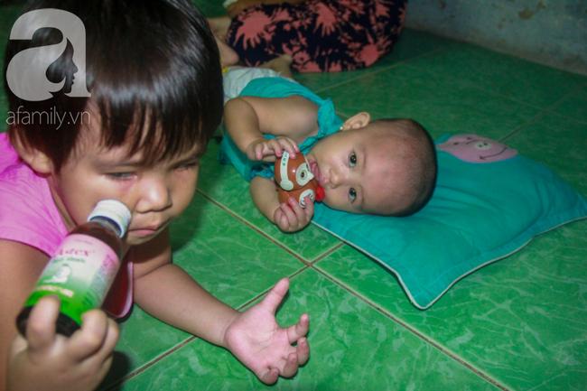 Bất chấp nguy hiểm, mới mổ sinh được 10 ngày, người mẹ đã đi làm thuê để nuôi 5 người con, cháu cùng chồng bệnh tật - Ảnh 12.