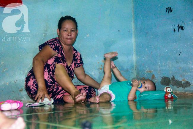 Bất chấp nguy hiểm, mới mổ sinh được 10 ngày, người mẹ đã đi làm thuê để nuôi 5 người con, cháu cùng chồng bệnh tật - Ảnh 4.