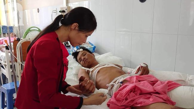 Vừa chịu tang mẹ chồng, người vợ đau đớn khi chồng lại bị điện giật bỏng nặng trong lúc làm thuê nuôi 2 con nhỏ - Ảnh 2.
