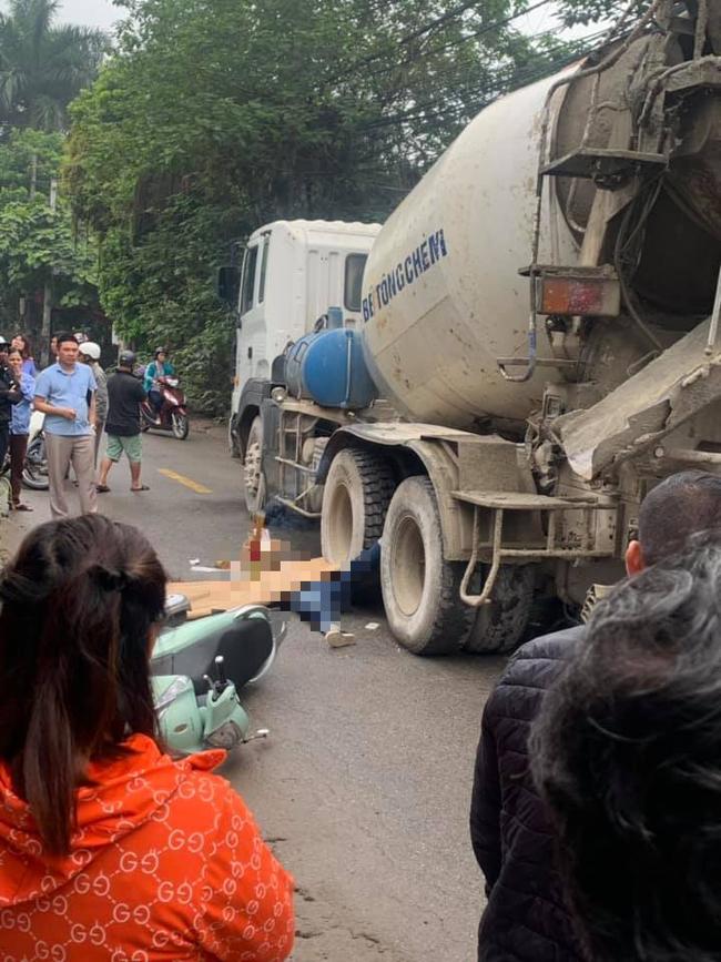 Hà Nội: Vừa đi xe máy vừa sử dụng điện thoại, người phụ nữ giật mình ngã xuống đường bị xe bồn cán tử vong - Ảnh 1.