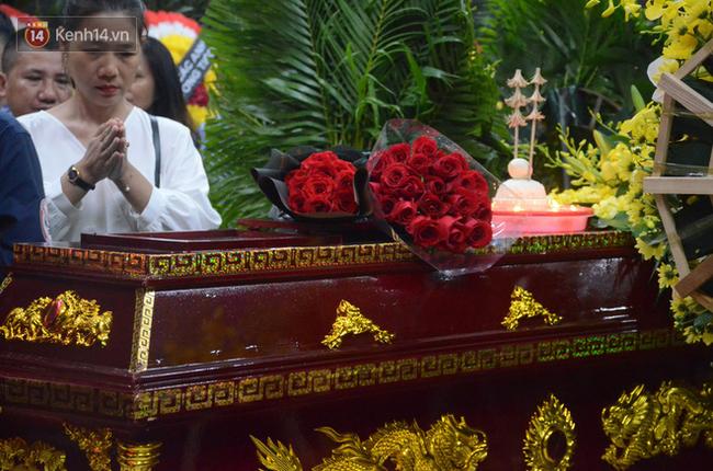 Hàng nghìn người khóc cạn nước mắt trong tang lễ của nữ giáo viên bị ô tô tông tử vong ở hầm Kim Liên - Ảnh 11.