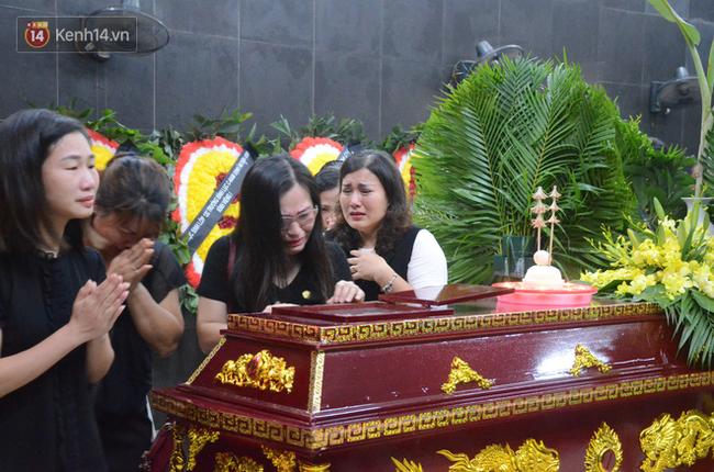 Hàng nghìn người khóc cạn nước mắt trong tang lễ của nữ giáo viên bị ô tô tông tử vong ở hầm Kim Liên - Ảnh 3.