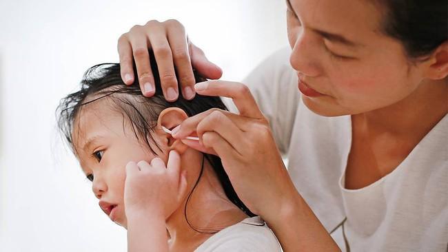 Lắng nghe ngay chuyên gia tai - mũi - họng giải đáp cách làm sạch và lấy ráy tai cho trẻ hiệu quả và an toàn nhất, cha mẹ đừng nên bỏ qua nhé - Ảnh 2.