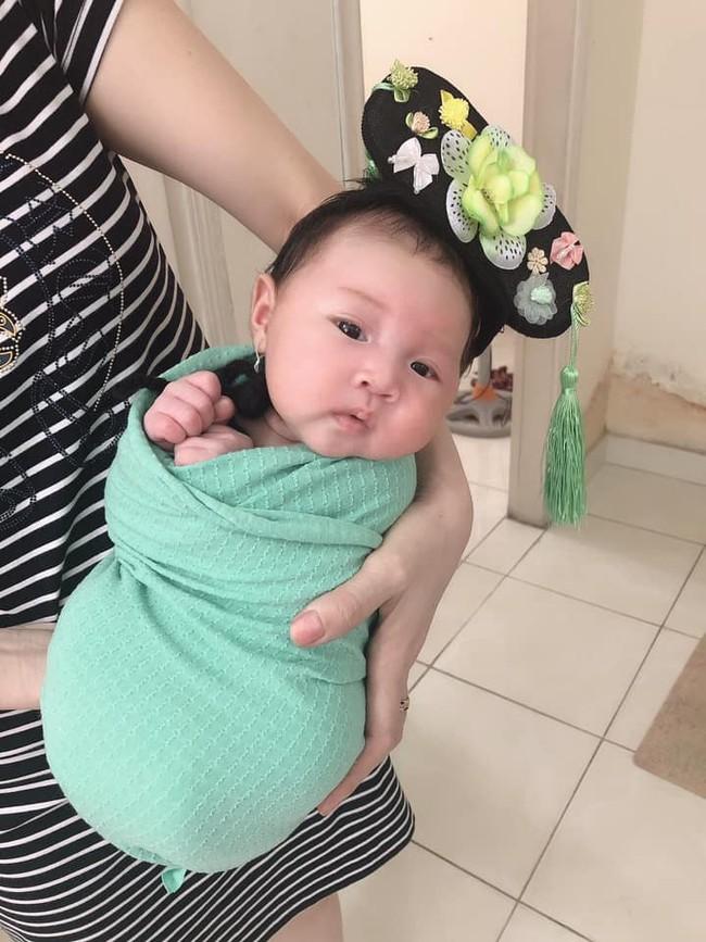 Được bố mẹ cho đi chụp ảnh sơ sinh, em bé 27 ngày tuổi gây sốt MXH vì biểu cảm quá sinh động - Ảnh 5.