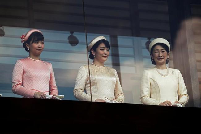 Tân Nhật hoàng Naruhito cùng gia đình lần đầu tiên ra mắt công chúng sau 3 ngày đăng cơ, Hoàng hậu Masako gây chú ý với thần thái xuất chúng - Ảnh 3.