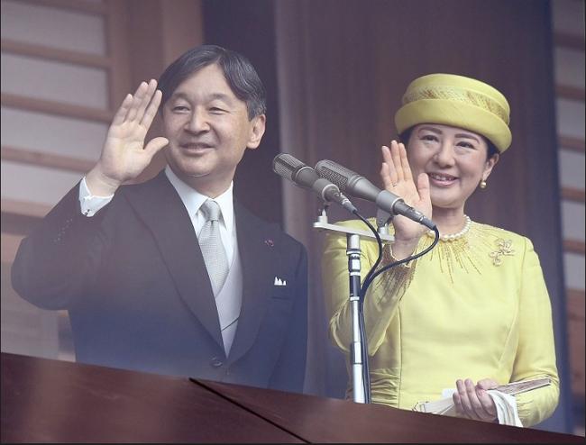 Tân Nhật hoàng Naruhito cùng gia đình lần đầu tiên ra mắt công chúng sau 3 ngày đăng cơ, Hoàng hậu Masako gây chú ý với thần thái xuất chúng - Ảnh 1.