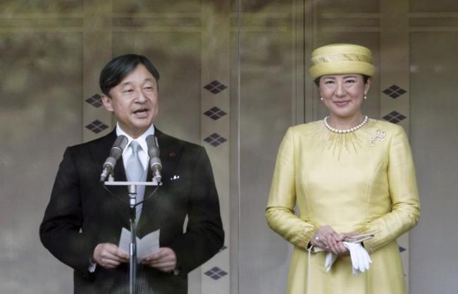 Tân Nhật hoàng Naruhito cùng gia đình lần đầu tiên ra mắt công chúng sau 3 ngày đăng cơ, Hoàng hậu Masako gây chú ý với thần thái xuất chúng - Ảnh 2.