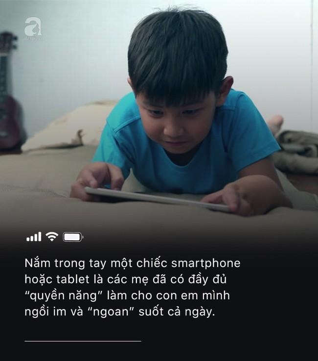 Con quấy khóc hay được bố mẹ cho chơi smartphone: Đừng vì vài phút nhàn rỗi mà hủy hoại một đứa trẻ còn chưa kịp lớn! - Ảnh 1.