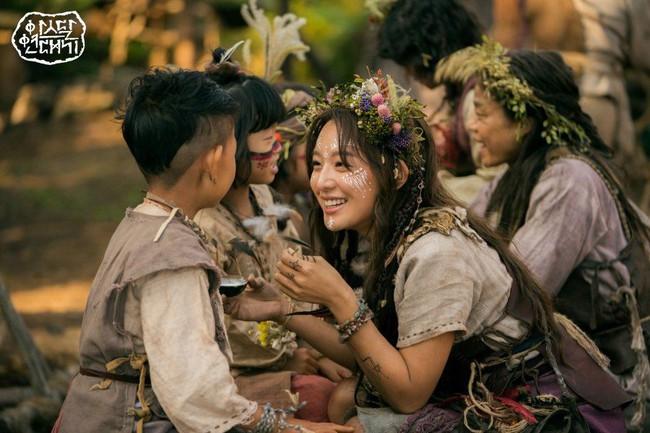 """Nữ sĩ quan """"Hậu duệ mặt trời"""" tiết lộ vai diễn đầy khó khăn trong bom tấn mới được đóng cặp cùng Song Joong Ki và Jang Dong Gun - Ảnh 1."""