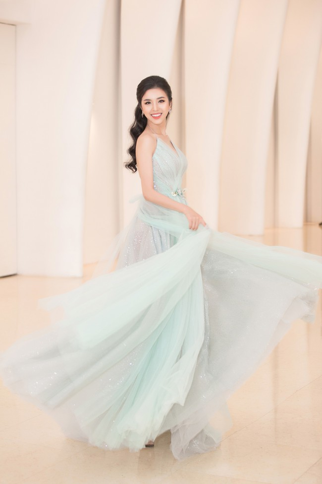 Fan choáng váng với chiếc váy xẻ ngực sâu táo bạo của Hoa hậu Tiểu Vy - Ảnh 6.