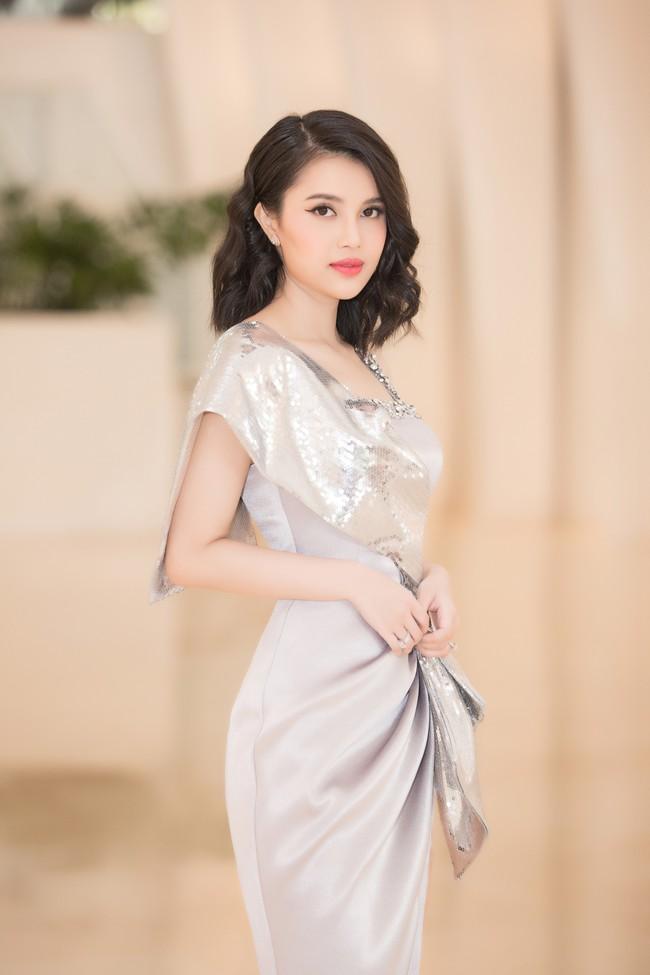 Fan choáng váng với chiếc váy xẻ ngực sâu táo bạo của Hoa hậu Tiểu Vy - Ảnh 9.