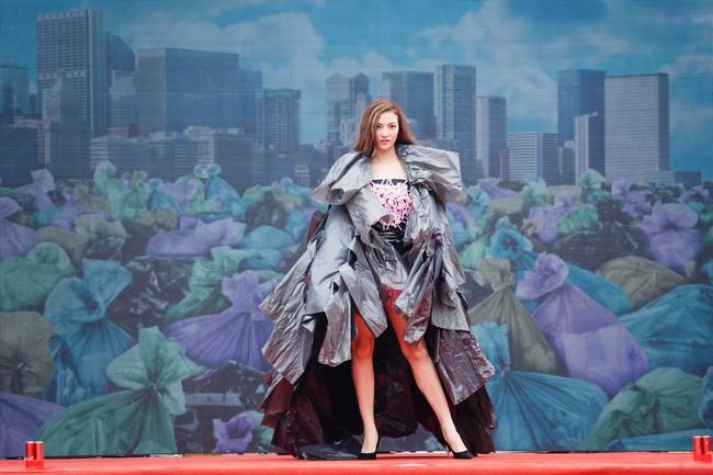 Gái một con Hồng Quế gây sốc khi diện váy bằng túi ni lông - Ảnh 1.
