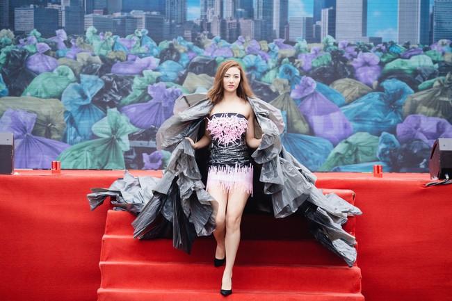 Gái một con Hồng Quế gây sốc khi diện váy bằng túi ni lông - Ảnh 2.