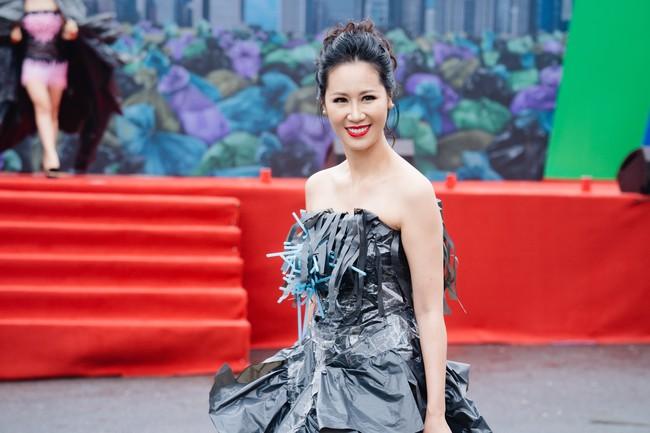 Gái một con Hồng Quế gây sốc khi diện váy bằng túi ni lông - Ảnh 3.