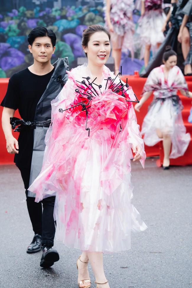 Gái một con Hồng Quế gây sốc khi diện váy bằng túi ni lông - Ảnh 4.
