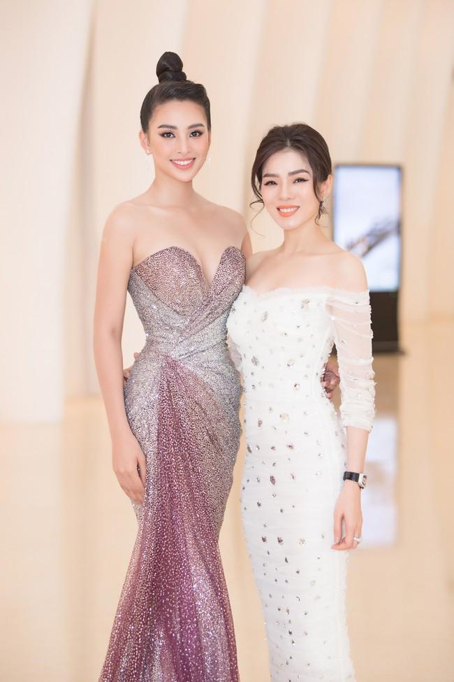 Fan choáng váng với chiếc váy xẻ ngực sâu táo bạo của Hoa hậu Tiểu Vy - Ảnh 8.