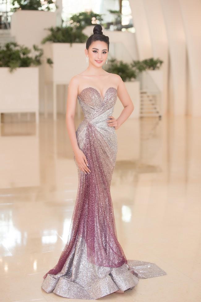 Fan choáng váng với chiếc váy xẻ ngực sâu táo bạo của Hoa hậu Tiểu Vy - Ảnh 3.
