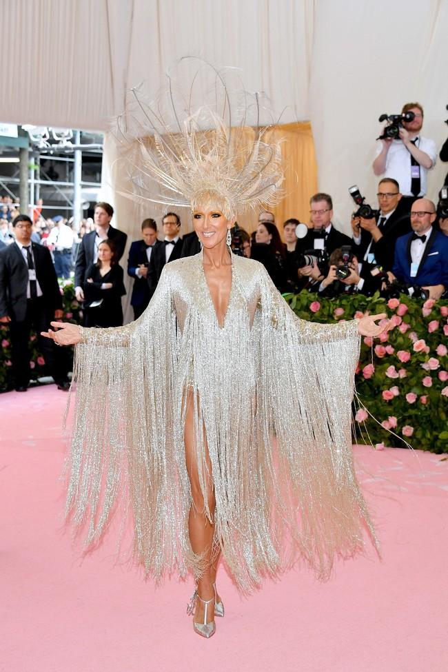 Celine Dion mặc váy đính vàng, tốn 3.000 giờ thực hiện và nặng gần 10kg: Bảo sao đẹp xuất sắc như bà hoàng tại Met Gala - Ảnh 1.