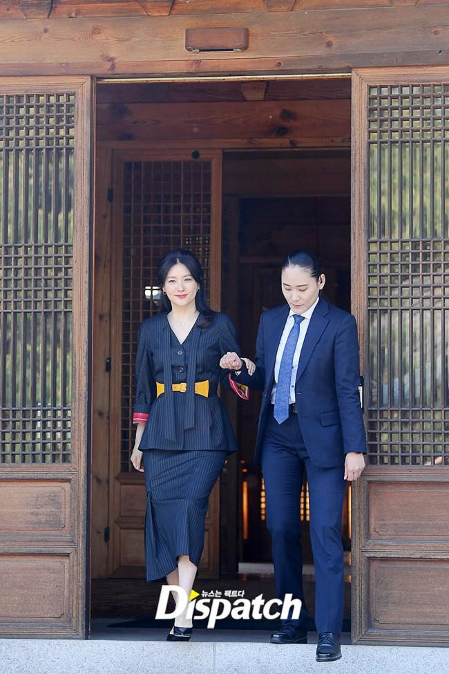 Nàng Dae Jang Geum Lee Young Ae lâu lắm mới dự sự kiện: Được hộ tống như bà hoàng, U50 vẫn đẹp đến mức câm nín - Ảnh 1.