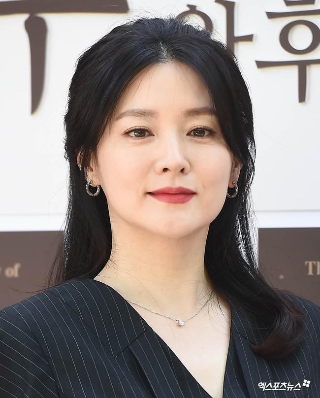 Nàng Dae Jang Geum Lee Young Ae lâu lắm mới dự sự kiện: Được hộ tống như bà hoàng, U50 vẫn đẹp đến mức câm nín - Ảnh 11.