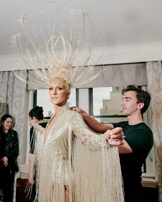 Celine Dion mặc váy đính vàng, tốn 3.000 giờ thực hiện và nặng gần 10kg: Bảo sao đẹp xuất sắc như bà hoàng tại Met Gala - Ảnh 2.