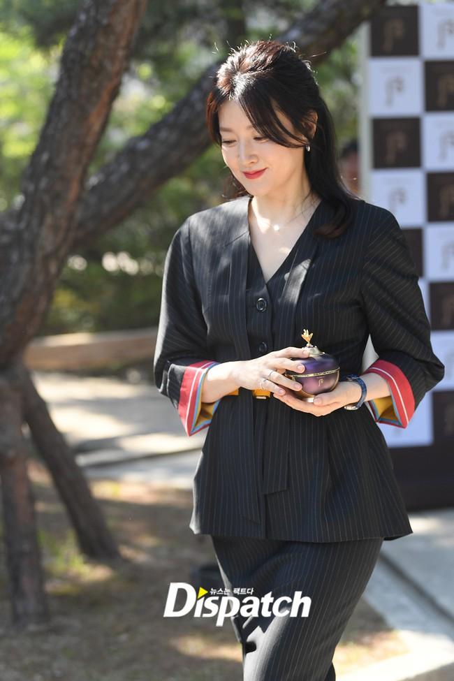 Nàng Dae Jang Geum Lee Young Ae lâu lắm mới dự sự kiện: Được hộ tống như bà hoàng, U50 vẫn đẹp đến mức câm nín - Ảnh 4.