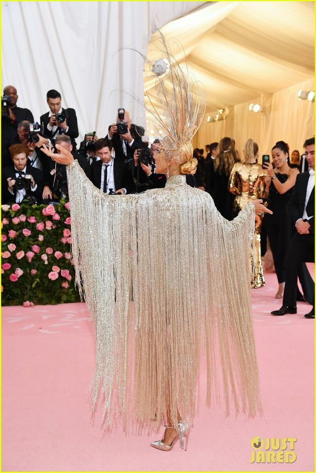 Celine Dion mặc váy đính vàng, tốn 3.000 giờ thực hiện và nặng gần 10kg: Bảo sao đẹp xuất sắc như bà hoàng tại Met Gala - Ảnh 8.