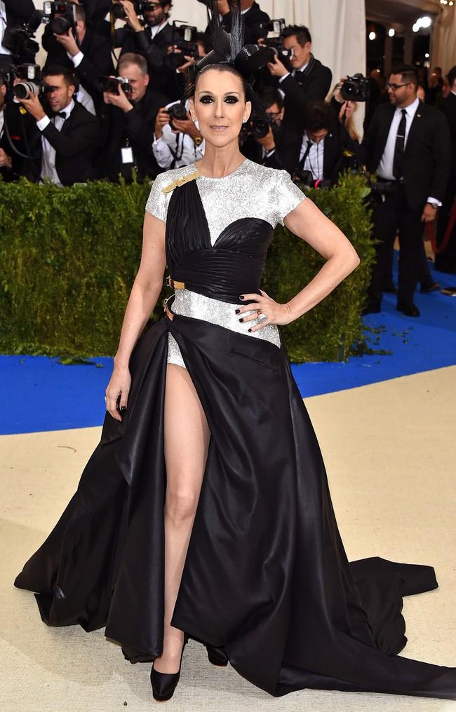 Celine Dion mặc váy đính vàng, tốn 3.000 giờ thực hiện và nặng gần 10kg: Bảo sao đẹp xuất sắc như bà hoàng tại Met Gala - Ảnh 10.