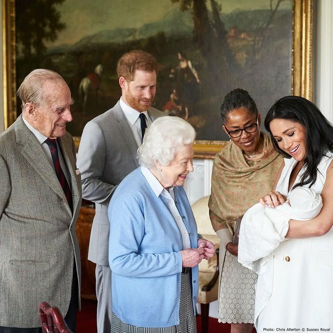 Con trai đầu lòng của Meghan đã tạo nên khoảnh khắc chưa từng có trong bức hình lịch sử, đánh dấu mốc quan trọng của Hoàng gia Anh ở điểm đặc biệt này - Ảnh 3.